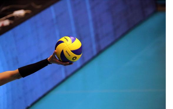 Hand, die einen Volleyball hält