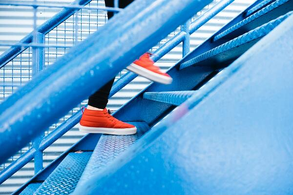 Person läuft eine Treppe hinauf